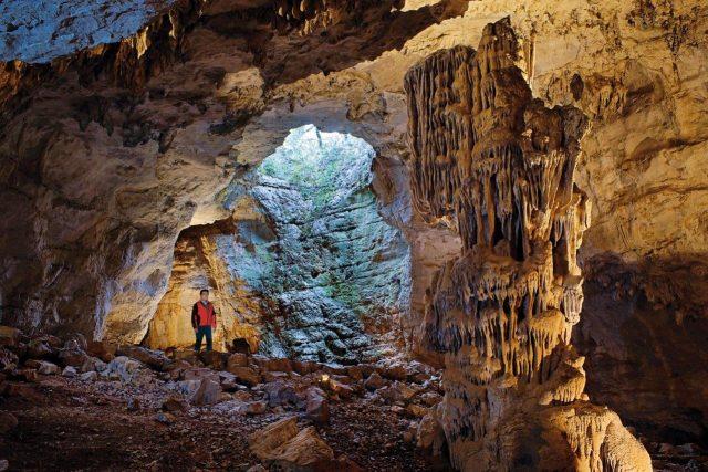 Vis-4-l-Aven--entree-naturelle-de-la-grotte--Victor-Ferrer-Libre-de-droits